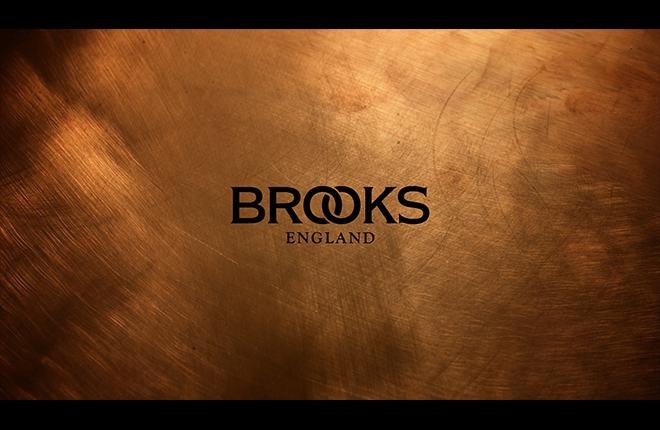 Brooks - Come evocare l'heritage di un marchio? Con un background rovinato ad arte.